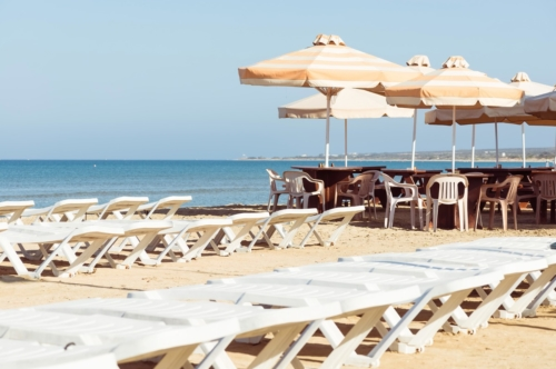Empty sunbeds and umbrellas on the beach - slon.pics - free stock photos and illustrations