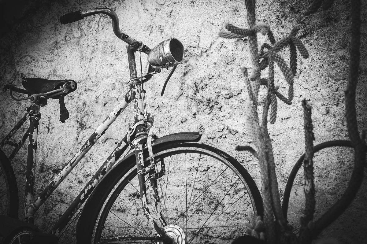 Old rusty vintage bicycle near the concrete wall - slon.pics - free stock photos and illustrations