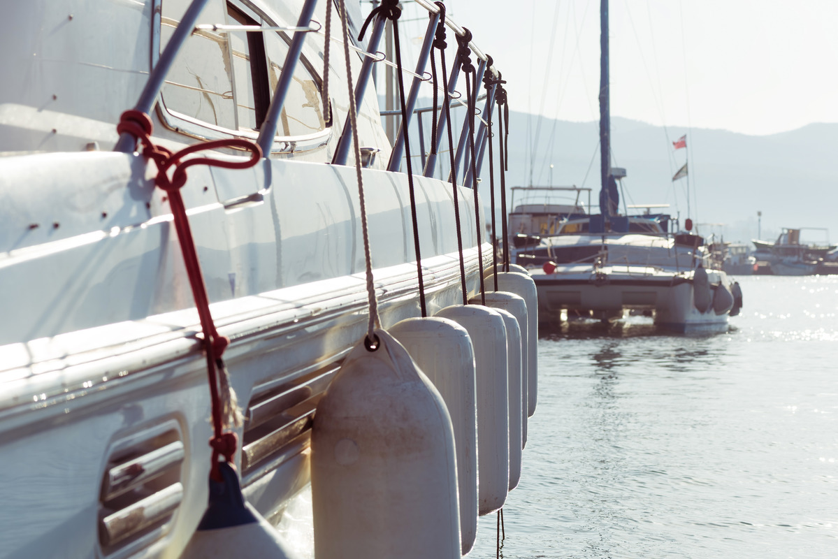 Side view of a yacht - slon.pics - free stock photos and illustrations