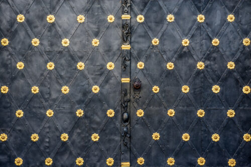 Close-up of an large iron gates - slon.pics - free stock photos and illustrations