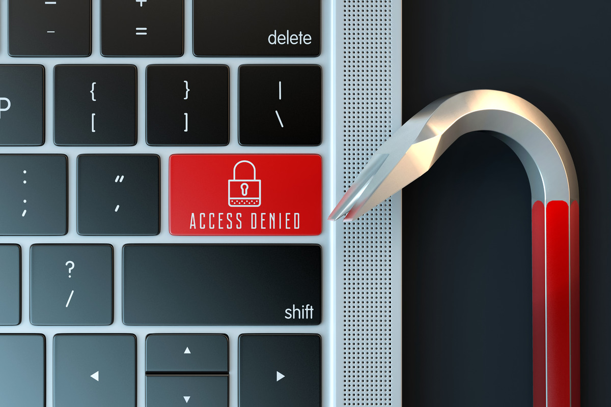 Computer keyboard and a crowbar - slon.pics - free stock photos and illustrations